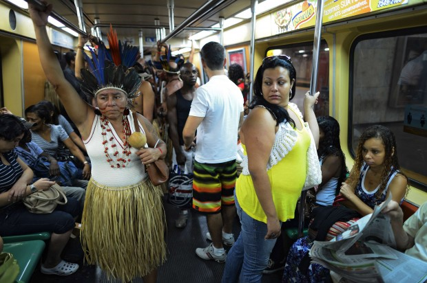 Indigeni nel metrò, destinazione Rio +20