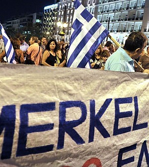 Merkel in Grecia, Atene blindata primi scontri fra polizia e manifestanti