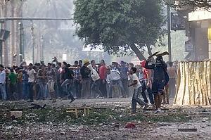 """Nuova giornata di scontri in Egitto Piazza Tahrir """"blindata"""" con un muro"""