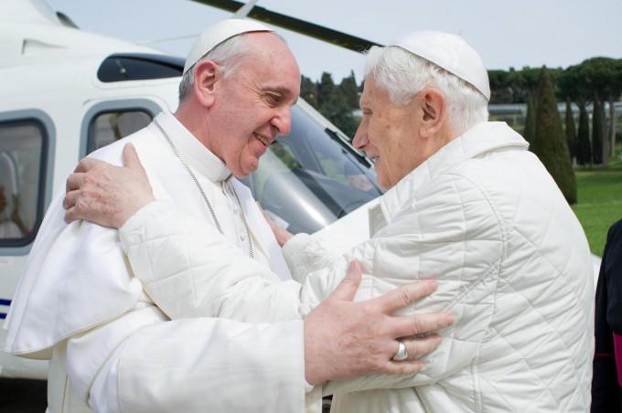 Le risposte che i due Papi non danno