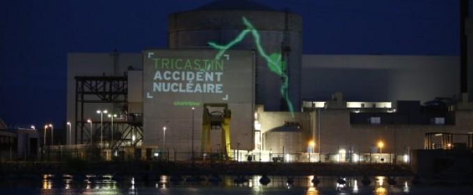 "Francia, Greenpeace 'assalta' centrale nucleare: ""Hollande, presidente di catastrofe?"""
