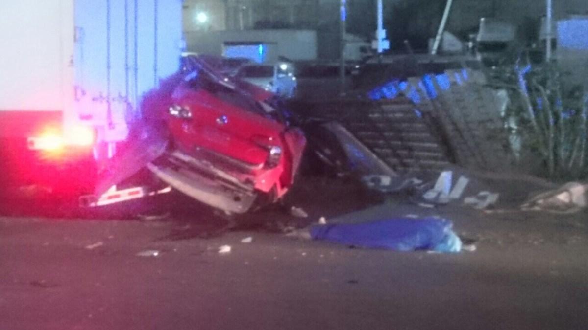 Choque entre vehículo compacto y tráiler deja un muerto y dos lesionados