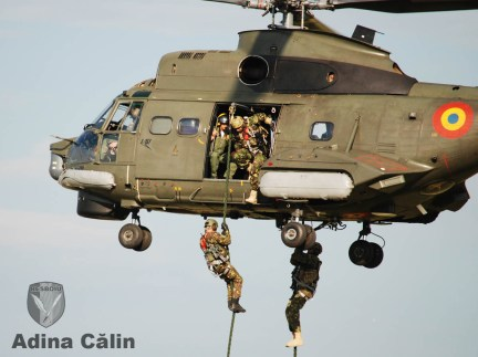 IAR-330 Puma Naval si scafandri militari