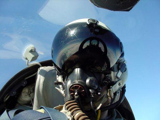 Pilot de vanatoare echipat cu casca DASH