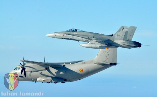 CF-18 Hornet escorteaza un C-27J Spartan al Fortelor Aeriene Romane in timpul unui exercitiu de Politie Aeriana