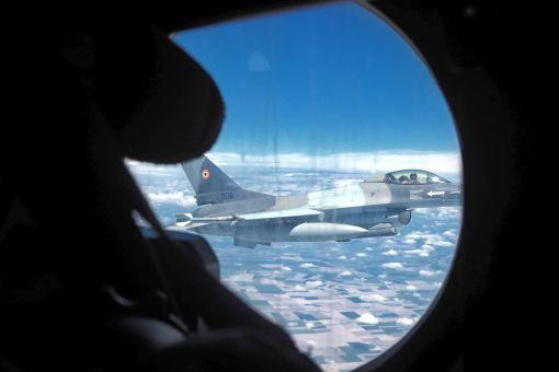 Avion F-16 AM interceptând un C-27 J Spartan; ADEX, 02.07.2021 (© www.resboiu.ro)