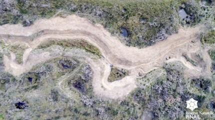 Partie amont du fossé de la Reu avec tracé reméandré, zone humide annexe et bras de contournement © Roland Raimond