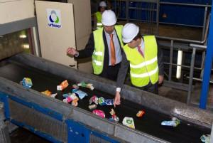 Consejero en visita planta reciclaje