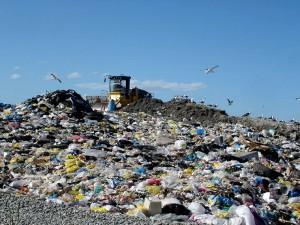 Entre el 22y el 43% de todo el plástico que se usa en el mundo termina en los vertederos