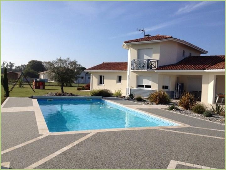 Bella valore casa disposta a bordo piscina e in particolare il rivestimento di aggregati di marmo grigio