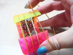 secure resin with rubber bands