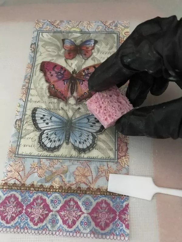 applying resin to papers with a sponge