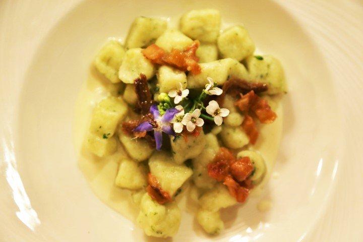 Gnocchi di patate fatti in casa alla borragine, con puntarelle, alici, crema di pecorino e Rabarbaro Italiano
