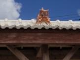 屋根の上のシーサー。