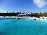 水納島 砂浜と待合所。