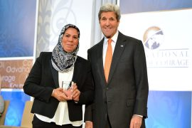 Le secrétaire d'Etat américain John Kerry pose avec Latifa Ibn Ziaten, lauréate 2016 du International Women of Courage, en mars 2016. Crédit photo : State Department / Wikimédias