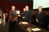 Joan Espona, president del Consell Comarcal de la Garrotxa i de l'associació ADRINOC, rep el reconeixement al Territori Socialment Responsables per a la Garrotxa, dins els Premis Respon.cat 2015