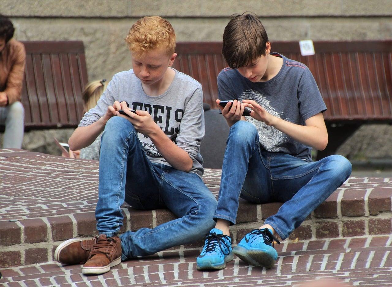 Jouer à deux sur un smartphone