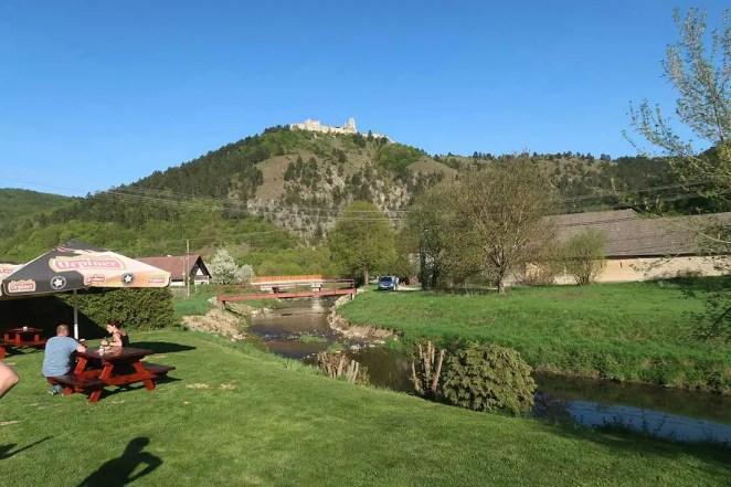 Pohľad na hrad zo staničky Višňové