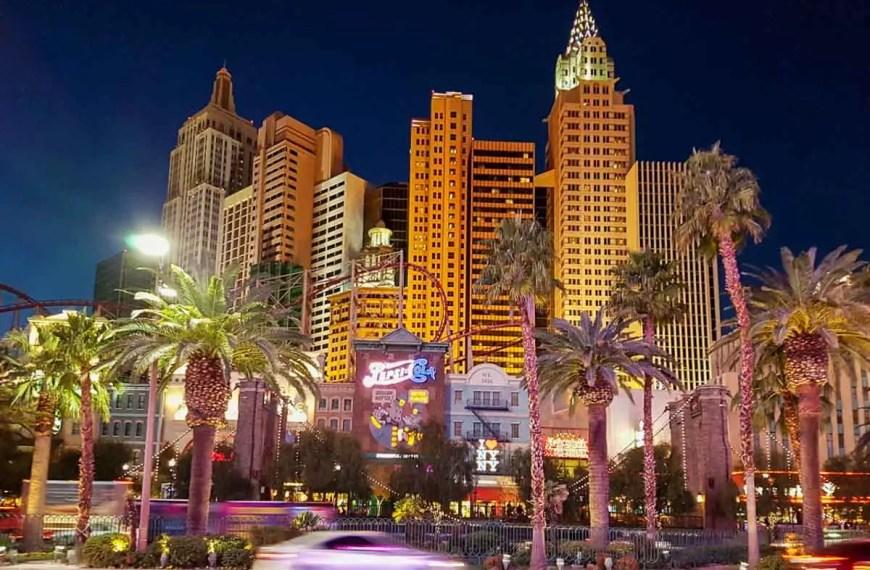 Noční Las Vegas vstupná brána plná světel a komerce na západ USA