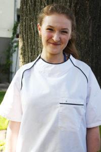 """Gacek Karolna Anlernling zur Köchin, und jüngste von Mysyk Elisebeth """"Ella"""" unserer Köchin die seit 21 Jahre im Restaurant am Heuberg für Sie kocht."""