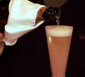 Cum se prepara Cocktail Bellini (video)