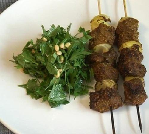 Cum se prepara BBQ Beef Shish Kebab cu Salata de Patrunjel (video)