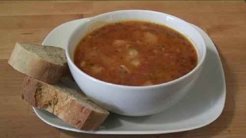 Cum se prepara supa de cartofi, rosii si rozmarin (video)