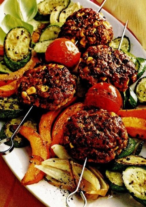 Frigărui cu legume şi chiftele cu porumb