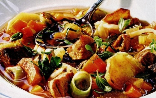 Mancare cu legume si carne, inabusita la cuptor