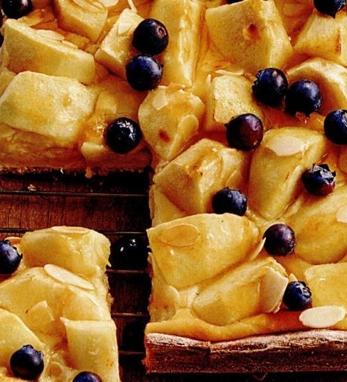 Prăjitură cu mere şi afine cu cremă de marţipan