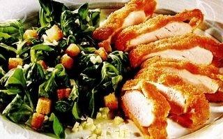 Salată cu pui, crutoane şi gust rafinat de parmezan