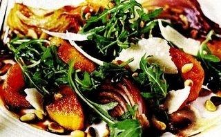 Salată cu rucola, parmezan si piersici