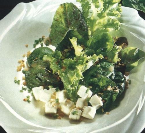 Salata verde cu alune si cas de oaie