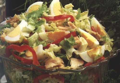 Salata verde ( cu frunza creata ) cu oua si peste ton
