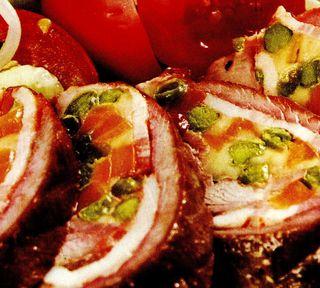 Rulouri de vita cu bacon si rosii