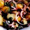Salată de cartofi noi cu ceapa rosie