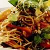 Salată de tăiţei cu legume în stil chinezesc