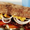 Sandwich cu friptură şi salată de ceapă