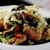 Salată de piept de curcan cu arahide si castraveţi