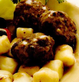 Chiftele de vita cu cartofi si sos la cuptor