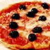 Pizza picantă cu ceapă şi măsline