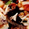 Triunghiuri de pâine prăjită cu inele de calamar şi ghimbir
