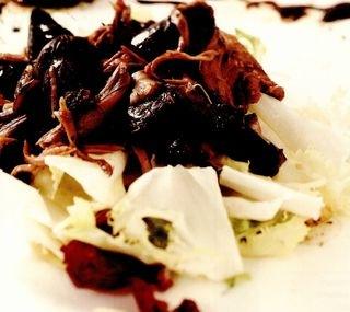 Salată caldă de raţă sălbatică, cu măsline şi oţet balsamic