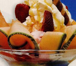 Cupă de vară cu fructe şi înghetata