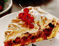 Prăjitură cu coacăze, bezea si alune de pădure