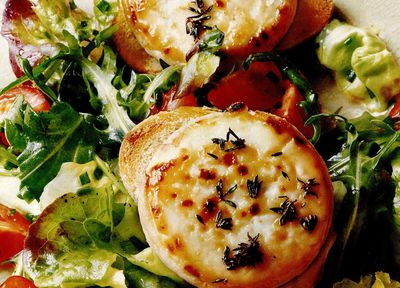 Salată verde cu tartine crocante cu brânză de capra