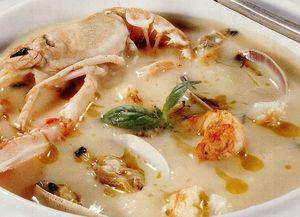 Supă-cremă de fasole albă cu creveţi şi scoici
