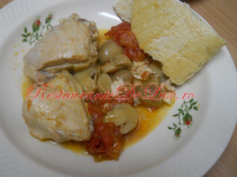 Reteta zilei: Mancare de pui cu rosii si ciuperci sub capac de paine
