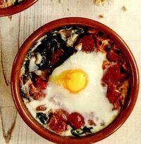 Ouă coapte cu spanac şi roşii